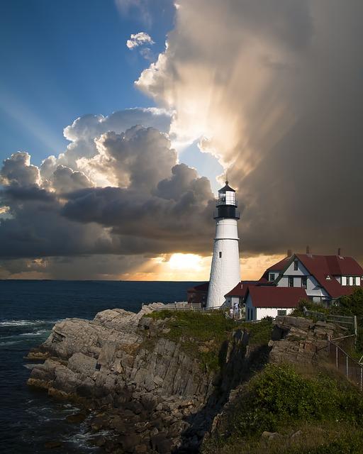 lighthouse-168132_640